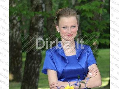 Jauna mergina ieško darbo (1)