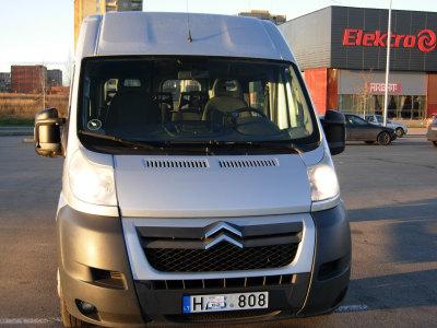 Patyres vairuotojas ekspeditorius turintis keleivini - krovinini mikroautobusa (1)